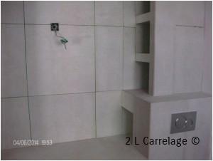 Pose faïence 60x60. Pose faience de salle de bain 60x60 avec plusieurs niches sur plan vasque réalisé en carreaux de Siporex©.