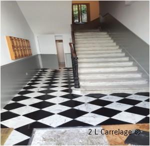 Calepinage du Carrelage. Le point de départ du tapis du hall d'entrée a été centré par rapport à la porte d'entrée pour que les carreaux soient à mesures égales de part et d'autres des murs et du tapis appeler en « calepinage »