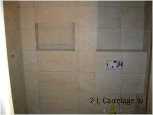 Faïence carreaux 30x60 douche. Réalisation de faïence de carreaux 30/60 pour douche avec création d'une niche et d'un WC suspendu.