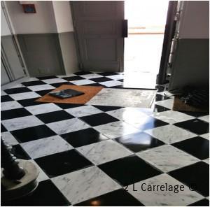 Pose en Damier Carreaux Marbre. Hall d'entrée d'immeuble, posé en damier de carreaux de marbre avec emplacement de tapis.